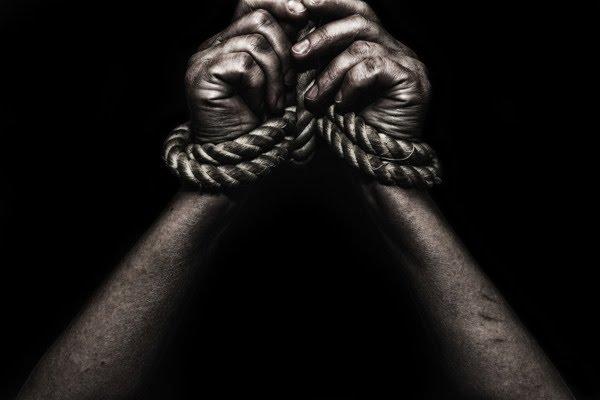 O trabalho forçado e as condições degradantes configuram escravidão.